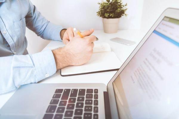 face bani asistent pe internet